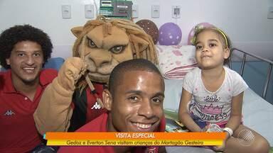 Jogadores do Vitória, Gedoz e Everton, visitam crianças do Martagão Gesteira - Confira esta e outras notícias do rubro-negro.