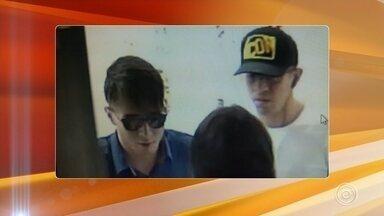 Câmera registra quadrilha fugindo com objetos roubados de shopping em Porto Feliz - Uma câmera de segurança registou parte da ação em que quatro ladrões invadiram uma loja de departamentos, na manhã desta quarta-feira (23), e fugiram com objetos em um Shopping Center de Porto Feliz (SP).