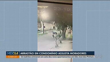Arrastão em prédio de São José dos Pinhais assusta moradores - Sete dos nove apartamentos foram invadidos pelos ladrões.