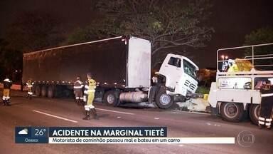 Motorista de caminhão passa mal e bate o veículo em um carro - Acidente foi na Marginal Tietê.