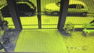 Polícia Civil divulga imagens de suspeito de roubar carro com criança dentro - Assalto aconteceu no último domingo (20), por volta das 12h, em São Leopoldo.