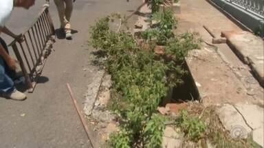 Moradores de Marília reclamam de bueiros entupidos - Em Marília, moradores do bairro São Miguel, na zona norte, estavam há meses reclamando dos bueiros obstruídos que, por causa da chuva, acabam trazendo prejuízos por falta de escoamento da água da chuva. Confira como está a situação atualmente.