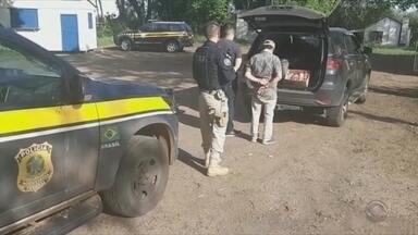 Dois homens presos por corrupção e contrabando em Alegrete - O carro tinha placas de São Paulo.