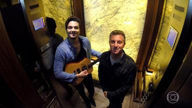 Huck e Luan Santana surpreendem pessoas no elevador - Luan e Luciano ficaram diante da porta de um elevador fazendo várias ações inusitadas