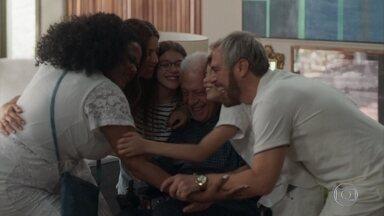 Família de Paloma abraça Alberto após festa de ano novo - Lulu agradece Alberto pela festa de ano novo