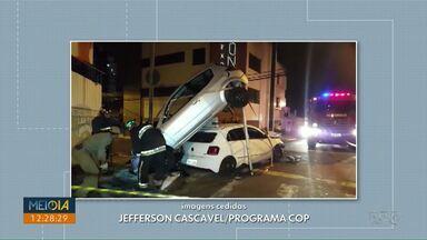 Carro vai parar em cima de outro após batida no Centro de Ponta Grossa - Acidente foi na esquina entre a rua Barão do Cerro Azul e Francisco Ribas.