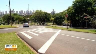 Desrespeito à sinalização de trânsito gera riscos de acidentes em Presidente Prudente - Condutores de veículos não seguem as demarcações em vigor nas vias públicas da cidade.