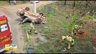 Mulher morre em acidente na BR-080 - Delma Maria de Oliveira, de 56 anos, era uma das passageiras do carro e morreu na hora. Segundo os bombeiros, o motorista, de 65 anos, bateu a lateral do carro no poste.