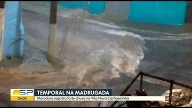 Temporal causa enxurrada na Cachoeirinha - Moradora do bairro da zona norte da capital gravou com o celular a chuva, na madrugada desta segunda-feira (28)