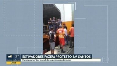 Em protesto, estivadores invadem dois navios no Porto de Santos - Trabalhadores dizem que a empresa Ecoporto descumpriu acordo com a categoria e não está chamando eles para trabalharem na movimentação de cargas