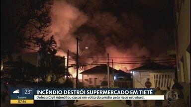 Incêndio destroí supermercado em Tietê - Várias casas no entorno do imóvel foram interditadas com riscos estruturais.