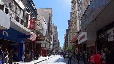 Feirão de negociação de dívidas vai até dia 8 de novembro em Porto Alegre e no interior - Clientes em dívida podem tentar negociar juros mais baixos. Conforme CDL Porto Alegre, taxa de inadimplência é de 30,3% no Rio Grande do Sul.