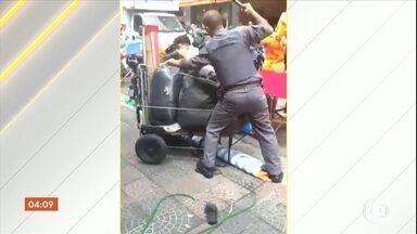 Ouvidoria da PM de São Paulo deve investigar policiais flagrados agredindo ambulante - Dois PMs foram flagrados agredindo um ambulante no Brás, na segunda-feira (28).