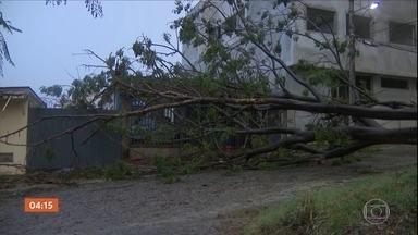 Temporais causam estragos em MG - Durante uma forte chuva, um raio atingiu uma escola e danificou o prédio.