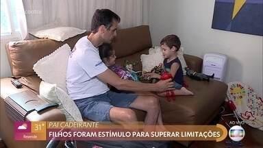 Pai paraplégico fez adaptações para participar da rotina dos filhos gêmeos - Alessandro fazia questão de participar de todas as atividades dos filhos e, para isso conseguiu desenvolver adaptações importantes