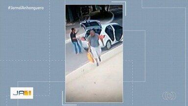 Polícia ouve homem suspeito de colocar cães em saco e abandonar em abrigo de Goiânia - Segundo a polícia, os dois homens que estão sendo investigados por maus-tratos disseram que encontraram os cães em um lote baldio e queriam entregar para o abrigo.