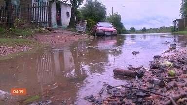 Temporais deixa cidades do RS em situação de emergência - Vento, granizo e muita água deixaram ruas alagadas e casas destelhadas.