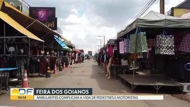 Ambulantes lotam ruas nas proximidades da Feira dos Goianos - Pedestres e motoristas precisam dividir espaço com as barracas em feira de Taguatinga Norte.