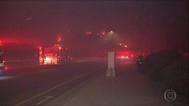 Condições climáticas agravam incêndios na Califórnia - Ventos de até 120km/h espalham chamas e dificultam trabalho dos bombeiros.