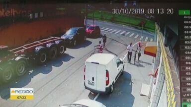 Criminosos roubam carga de leite em pó em fábrica de sorvetes em Praia Grande - Câmeras de segurança registraram a ação.