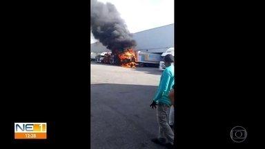 Caminhão pega fogo em centro de distribuição no Cabo de Santo Agostinho - Caso aconteceu no espaço das Lojas Americanas, segund o Corpo de Bombeiros.