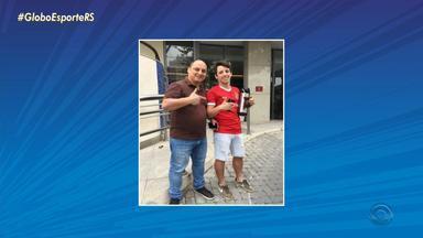 Pai gremista e filho colorado tiram fotos com jogadores do Grêmio no Rio de Janeiro - Assista ao vídeo.