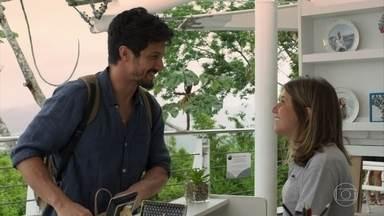 Marcos compra prato com foto sua e de Paloma - Paloma fica preocupada em voltar logo ao trabalho