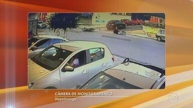 Motociclista é arremessado após bater em lateral de carro em Itapetininga - Câmera de segurança flagrou a batida. Motociclista ficou ferido, foi socorrido e encaminhado ao pronto-socorro.