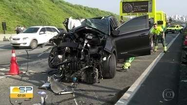 Acidente na Rodovia dos Imigrantes deixa um morto e um ferido - Segundo informações do Corpo de Bombeiros, um carro bateu num caminhão.