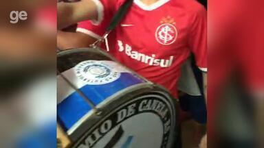 Torcedores do Grêmio e Inter prestam homenagem em velório - Assista ao vídeo.