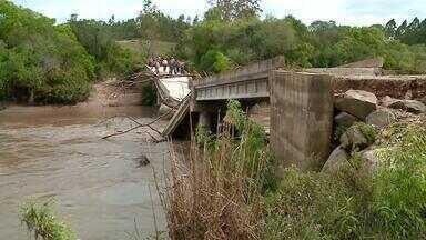 Mais de duzentas famílias estão desalojadas com os temporais no RS - Em Canguçu, pelo menos dez pontes foram danificadas e impedem locomoção de moradores.