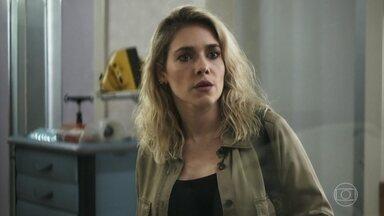 Yohana visita Téo no hospital - A investigadora tenta descobrir se Jô visitou Téo