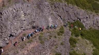 Boa parte das paisagens da Ilha da Madeira é explorada através de trilhas - Trajeto de sete quilômetros, de subidas e descidas, liga os dois pontos mais altos da ilha: o Pico Ruivo e o Pico do Areeiro. Um passeio para os mais aventureiros.