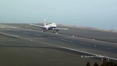 Pista de aeroporto da Ilha da Madeira é famosa por ser desafio a pilotos - Obra de prolongamento ajudou a garantir mais segurança, mas pousar no local em dias de vento forte ainda exige nervos de aço e imagens de pousos fazem sucesso na internet.