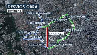 Trecho da Rua Mário Tourinho deve permanecer bloqueado durante todo o dia - Realocação de postes onde vai ser construída a trincheira é feita pela Copel.