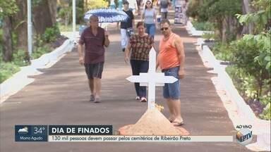 Dia de Finados leva 130 mil pessoas aos cemitérios de Ribeirão Preto - Movimento é intenso no Cemitério da Saudade.