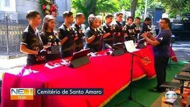 Alunos de conservatório de música se apresentam no Dia de FInados - Eles participaram de atividade cultural no Cemitério de Santo Amaro, no Recife
