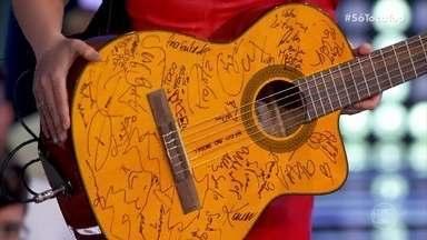 Maiara e Maraísa mostram violão do SóTocaTop - Instrumento é autografado por todos os convidados que já passaram pelo palco do programa