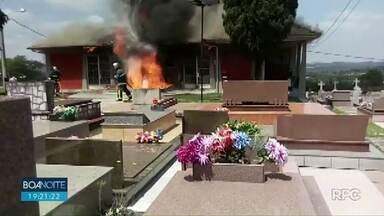 Capela pega fogo em cemitério na região de Curitiba - A suspeita é de que a origem do fogo tenha sido uma vela acesa.