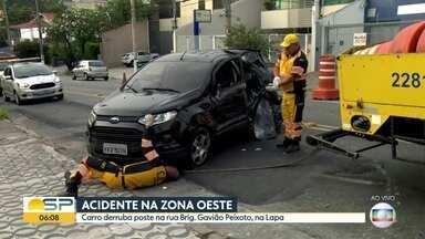 Carro derruba poste na Zona Oeste de São Paulo - Acidente aconteceu na madrugada desta segunda-feira (4) no bairro da Lapa.