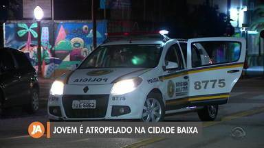 Jovem é atropelado na Cidade Baixa, em Porto Alegre - Assista ao vídeo.