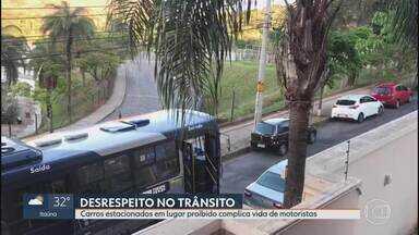 Carros estacionados irregularmente deixam trânsito complicado no dia do Enem - Moradores do Buritis, em BH, registraram caos em rua que ficou interditada. No local, um ônibus não conseguiu continuar o trajeto.