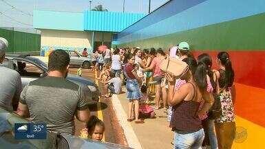 Famílias enfrentam horas no sol para tentar vaga em creche no Cristo Redentor em Ribeirão - Pais fizeram uma pré-inscrição para levantamento de vagas necessárias na unidade.