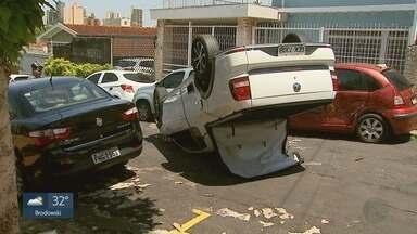 Picape bate em 3 carros e capota no Jardim Macedo em Ribeirão Preto - Motorista não ficou ferido.
