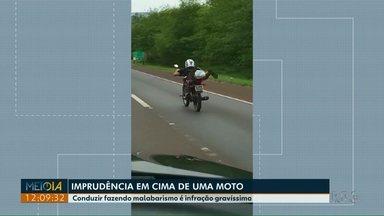 Telespectador flagra imprudência em cima de uma moto na BR-277 - Conduzir fazendo malabarismo é infração gravíssima