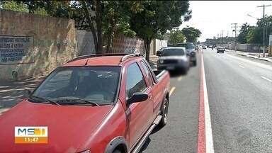 Motoristas estacionam em ciclofaixa na rua Cabral em Corumbá - Agência de trânsito deve fazer campanha de conscientização com os moradores
