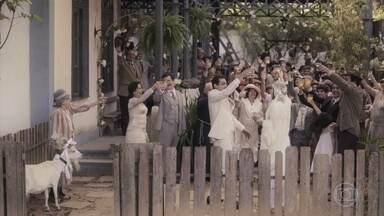 Zeca e Olga curtem a festa de casamento - Eles decidem sair de fininho, mas a família corre para se despedir dos noivos