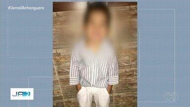 Justiça mantém prisão da mãe do menino encontrado morto com sinais de asfixia e abuso - Segundo a polícia, ela abandonou o filho em casa com o padrasto que foi apreendido suspeito de ter matado a criança.