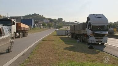 Caminhão carregado com alimentos tomba na rodovia Raposo Tavares em Sorocaba - Um caminhão tombou no fim da tarde desta segunda-feira (4) no quilômetro 95 da Rodovia Raposo Tavares, em Sorocaba (SP), no sentido capital.