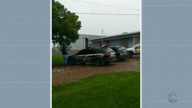 Grupo assalta posto de combustíveis, faz casal de idosos refém e é preso no Norte do RS - Casal foi liberado e não se machucou. Polícia prendeu quatro homens em flagrante. Um segue foragido.